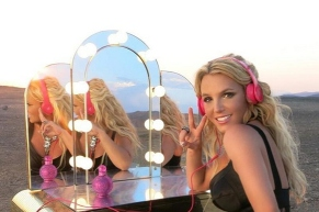 britney-wearing-beats-dre--large-msg-138611032525